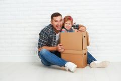 愉快的家庭移动向新的公寓 免版税库存图片