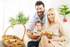愉快的家庭以好胃口 免版税图库摄影