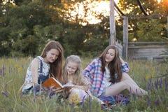 愉快的家庭-妈妈和两个女儿 库存照片