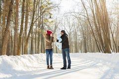 愉快的家庭-母亲、父亲和儿童男孩在一个冬天走 免版税库存图片