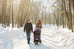 愉快的家庭-母亲、父亲和儿童男孩在一个冬天走 库存照片