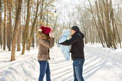 愉快的家庭-母亲、父亲和儿童男孩在一个冬天走 库存图片