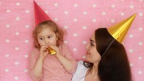 愉快的家庭-母亲和女儿吹的党垫铁,微笑,拥抱,笑和庆祝生日 妇女和她 股票视频