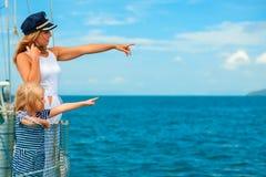 愉快的家庭-母亲,女儿在船上航行游艇 免版税图库摄影