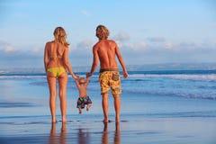 愉快的家庭-父亲,母亲,小儿子海海滩假日 免版税图库摄影