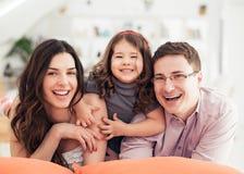 愉快的家庭画象 免版税图库摄影