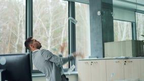 愉快的富有的商人投掷在金钱的捆绑在空气表现出站立正面的情感用单独现代办公室 股票视频