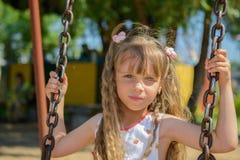愉快的小女孩佩带夏天的五岁穿戴获得乐趣 库存照片