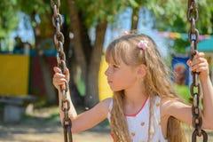 愉快的小女孩佩带夏天的五岁穿戴获得乐趣 免版税库存图片