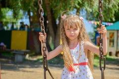 愉快的小女孩佩带夏天的五岁穿戴获得乐趣 免版税库存照片