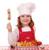 小女孩厨师用烤鸡肉 免版税图库摄影