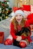 愉快的小女孩和狗在圣诞节 图库摄影