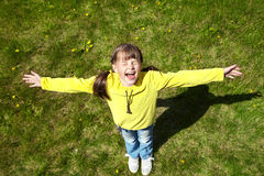 愉快的小女孩在公园 免版税库存图片
