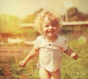 愉快的小女孩在夏天阳光下 库存照片