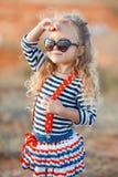 愉快的小女孩在海边在夏天 免版税库存图片