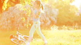 愉快的小女孩在草甸跳舞明亮的阳光照耀天 股票录像