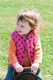 愉快的小女孩在跷跷板摇摆 免版税库存图片
