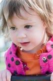 愉快的小女孩在跷跷板摇摆 免版税库存照片