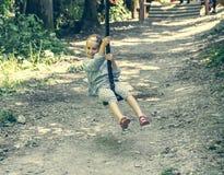 愉快的小女孩在绳索公园 免版税图库摄影