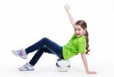愉快的小女孩坐球。 免版税库存照片