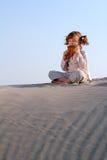 小女孩戏剧平底锅管子在沙漠 图库摄影