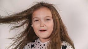 愉快的小女孩振翼的头发 股票视频
