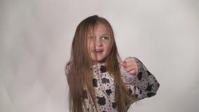 愉快的小女孩振翼的头发 股票录像