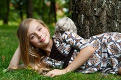 愉快的小女孩用兔子 免版税库存照片