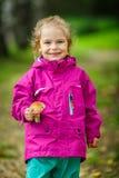 愉快的小女孩用蘑菇 免版税库存图片