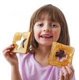 愉快的小女孩用面包 免版税库存图片