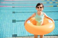 愉快的小女孩获得乐趣在游泳池 图库摄影