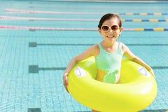 愉快的小女孩获得乐趣在游泳池 库存照片