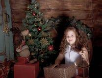 愉快的小女孩装饰圣诞树 库存照片