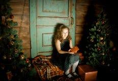 愉快的小女孩装饰圣诞树 免版税库存照片