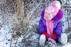 愉快的小女孩画象多雪的风景的 免版税库存图片