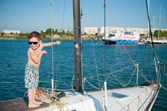 愉快的小孩佩带的短裤和太阳镜豪华游艇 免版税库存图片