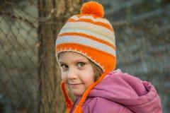 愉快的小孩儿童女孩室外画象在冬天 免版税库存照片