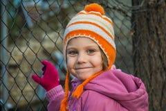 愉快的小孩儿童女孩室外画象在冬天 库存图片