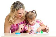 愉快的小孩和母亲作用一起 库存图片