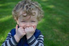 愉快的小孩在庭院里 免版税库存图片