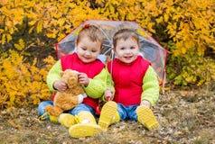 愉快的小孩孩子在伞下 免版税库存图片