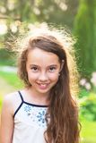愉快的小孩激动 逗人喜爱的青少年的女孩微笑非常愉快在s 免版税库存照片