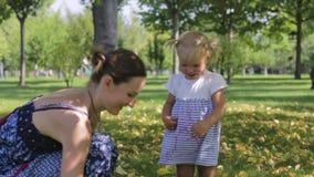愉快的小孩,笑和使用与她的妈妈的女婴 影视素材