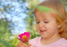 愉快的小孩,笑和使用在夏天的女婴 免版税库存照片