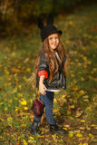愉快的小孩,笑和使用在自然步行的秋天的女婴户外 库存图片