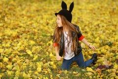 愉快的小孩,笑和使用在自然步行的秋天的女婴户外 库存照片