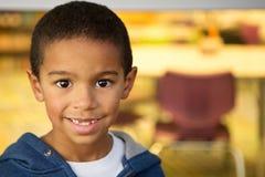 愉快的小男孩在学校 免版税库存照片