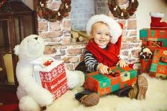 愉快的小男孩开头圣诞节礼物 库存照片