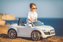 愉快的小男孩旅行乘汽车在夏天 免版税库存照片