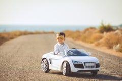 愉快的小男孩旅行乘汽车在夏天 图库摄影